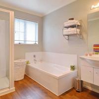 Deluxe Queen Room with Shared Bathroom