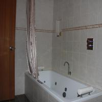 Woodford Two-Bedroom Chalet wtih Spa Bath