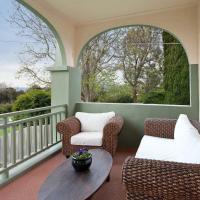 Foto Hotel: Luxury, Water views & Beach 100m - The Beach Nest, Dromana