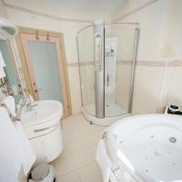 Three-Bedroom Apartment with Spa Bath Lower