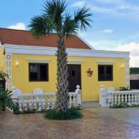Hotel Pictures: Yellow Cunucu Villa With Pool, Noord
