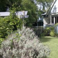 Hotel Pictures: Wyreepi River Cottage, Sussex inlet