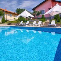 Hotel Pictures: Royal Villas, Bryastovets