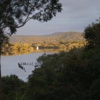 Hotel Pictures: Blue Gum Cottage on Bay, Bensville