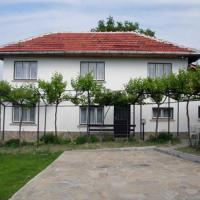 Hotel Pictures: Holiday Home Life, Tryavna