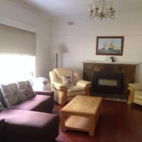 Hotel Pictures: 3 Bedroom Family Home, Burwood