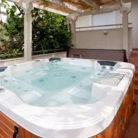 Luxury Two-Bedroom Apartment with Sea View and Hot Tub