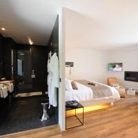 Deluxe Suite with Spa Bath 02