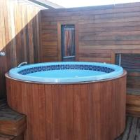 Three-Bedroom Apartment with Hot Tub