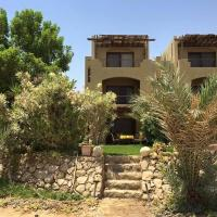 Hotel Pictures: Chalet with Private Garden at Palm Beach Resort, Al Ḩafā'ir