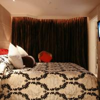 Themed Suite with Handy Smartphone