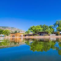 Hotel Pictures: Barefoot Beach Resort, Penticton