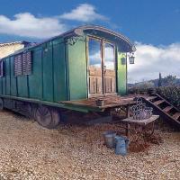 Hotel Pictures: Une roulotte à la campagne, Saint-Just-et-Vacquières