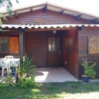 Hotel Pictures: Chalet En Bois à 500m De La Mer, La Marana