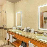 One-Bedroom King Suite with Kitchenette