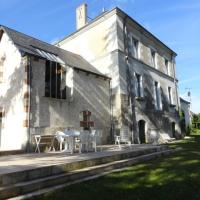 Hotel Pictures: Five-Bedroom House in Cussay I, Cussay