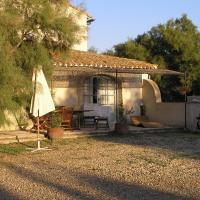 Hotel Pictures: Gite Du Mas Bardouine, Les Jasses d'Albaron