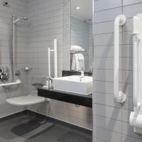 Deluxe Queen room with Roll-In Shower