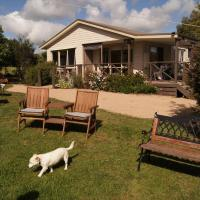 Hotel Pictures: Emerald Hills Cottage, Koonwarra