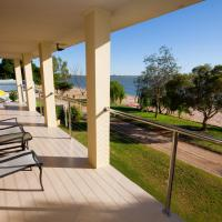 Hotel Pictures: Lake Boga Waterfront Holiday House, Swan Hill