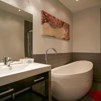 Hotel Pictures: Classy Comfortable Condo and Basement, Montréal