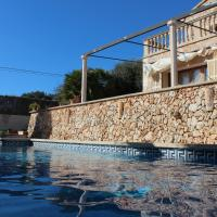 Hotel Pictures: Cozy family house beach, pool & BBQ, Santanyi