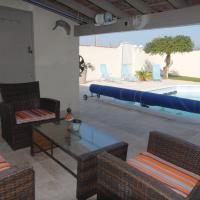 Hotel Pictures: Holiday Home Senas with Patio X, Sénas