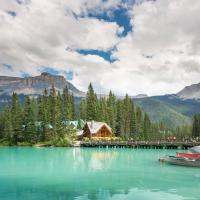Hotel Pictures: Emerald Lake Lodge, Field