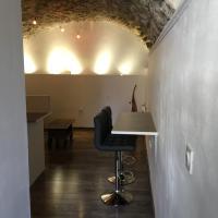 Hotel Pictures: La Grotte, La Garde-Adhémar