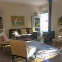 Hotel Pictures: Country Garden Cottage near Ocean, Sidney, Butchart, North Saanich