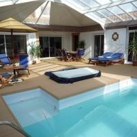 Hotel Pictures: Rental Villa Rue Boilardries, Saint-Jean-d'Orbetiers