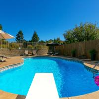 Hotel Pictures: Poolside Retreat, Peachland
