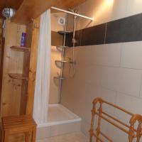 Hotel Pictures: Chalet Esher Surrey, Brig