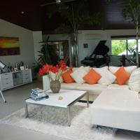 Hotel Pictures: Heaven's Gate - VOTED AUSTRALIA'S BEST BEACH HOUSE, Hideaway Bay