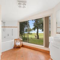Two-Bedroom Two-Bathroom Apartment with Water View and Spa Bath - Steamer