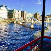 Zdjęcia hotelu: Glasgow City Centre Flat with River Views and Parking, Glasgow