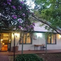 Hotellikuvia: Train Whistle Cottage, Emerald