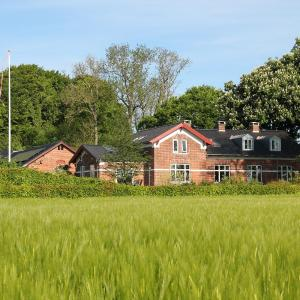 Hotel Pictures: Skovlide Beautiful Farmhouse, Edslev