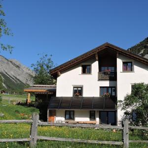 Hotel Pictures: Ferienwohnung Pitsch, Tschierv