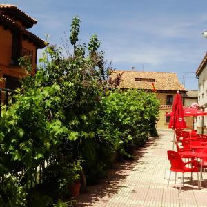 Hotel Pictures: Albergue Peregrinos Santa Ana, San Martín del Camino