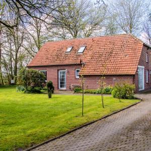 Hotelbilleder: Gemütliches ostfriesisches Fehnhaus umgeben von Bäumen und Büschen in Alleinlage, Dornum