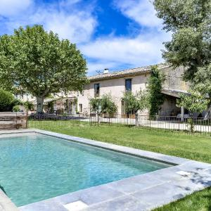 Hotel Pictures: Fully-renovated Provencal Farm, Charleval