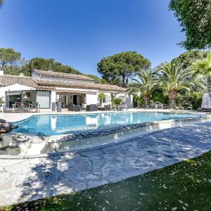 Hotel Pictures: Elegant Villa with a Pool, Valescure