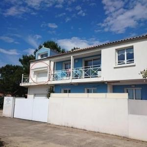 Hotel Pictures: Apartment Appartement t2 face mer, à 30 m plage, La Tranche-sur-Mer