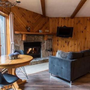 Hotel Pictures: Chalets Chanteclair Resort, Val-David