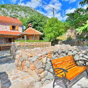 Hotel Pictures: Holiday Home Tome, Starigrad-Paklenica