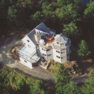 Hotel Pictures: Whale Pod Chalet - Oaks Bluff on Pender Island, Bedwell Harbour
