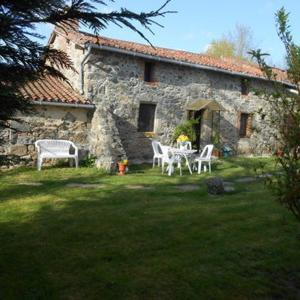 Hotel Pictures: Quiet Country Cottage, Moncoutant