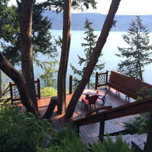 Hotel Pictures: Arbutus Grove Oceanfront Getaway, Cowichan Bay