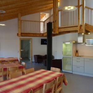 Hotelbilleder: Grosse-Eifel-Ferienwohnung-Gaeste-Lounge-fuer-zwei-bis-zehn-Personen, Zweifelscheid
